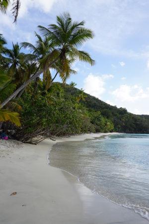 Malá pláž v zálive Hawksnest Bay