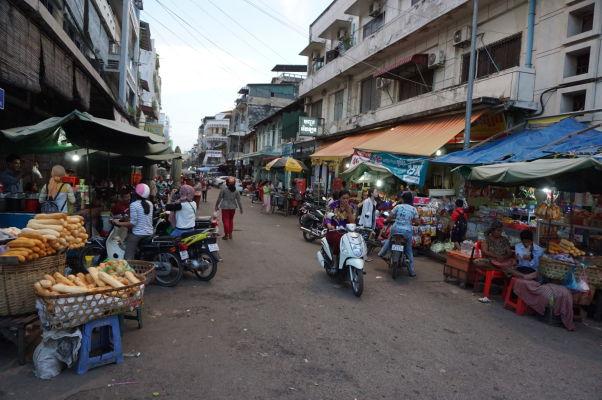 Starý trh (Old Market) v Phnom Penhu - v okolitých uličkách nájdete i stánky s jedlom - dokonca i bagety kúpite na ulici