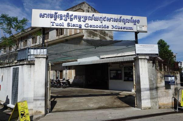 Vstup do Múzea genocídy Tuol Sleng, niekdajšieho väzenia Červených Kmérov v Phnom Penhu