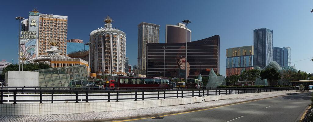 Moderné centrum Macaa - zľava kasíno Lisboa (najstaršie v Macau), kasíno Wynn a kasíno MGM