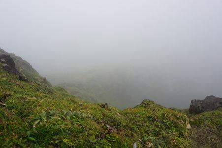 Okraj krátera sopky La Grande Soufriére, najvyššieho vrchu Malých Antíl - Viditeľnosť nulová