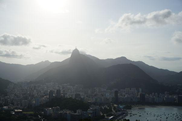 Pohľad na Rio de Janeiro z Cukrovej homole - v strede v diaľke hora Corcovado so Sochou Krista Vykupiteľa