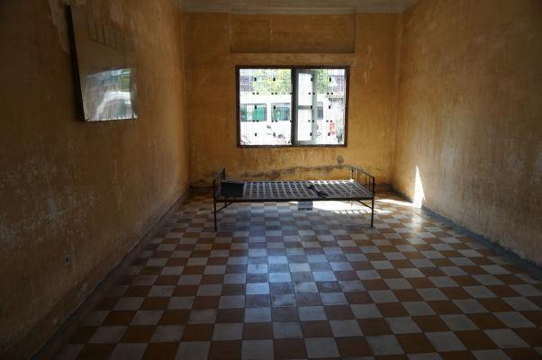 Jedna z ciel pre výsluch vo väzení Tuol Sleng v Phnom Penhu - posteľ neslúži väzňom na spánok, ale pre ich výsluch a mučenie