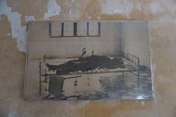 Jedna z ciel pre výsluch vo väzení Tuol Sleng v Phnom Penhu - posteľ neslúži väzňom na spánok, ale pre ich výsluch a mučenie, ako dokumentuje fotografia