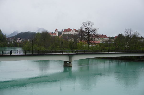 Füssen pri pohľade z mostu cez riečku Lech, v pozadí vidieť Vysoký zámok i Kláštor sv. Magna