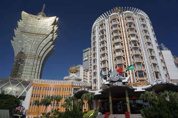 Moderné centrum Macaa - vľavo kasíno Grand Lisboa, vpravo kasíno Lisboa (najstaršie v meste)