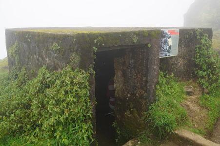 Bunker postavený naďaleko vrchola, slúži ako úkryt pred vetrom a nepriazňou počasia