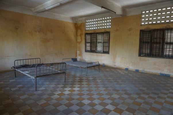 Jedna z ciel pre výsluch vo väzení Tuol Sleng v Phnom Penhu - postele neslúžia väzňom na spánok, ale pre ich výsluch a mučenie