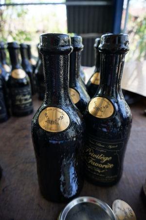 Rumová distilérka La Favorite - Ručne zátkované fľaše sú následne natreté materiálom pre ich zapečatenie