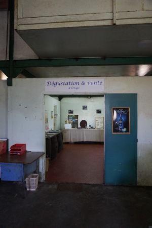 Rumová distilérka La Favorite - Predajňa a degustačná miestnosť - nevyzerajú lákavo, ale sú zadarmo