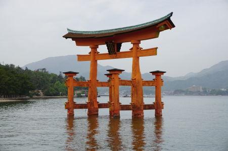 Plávajúca brána torii počas prílivu