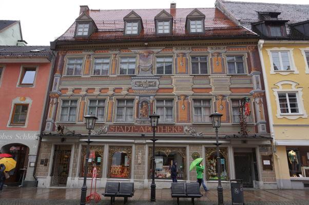 Krásne zdobená fasáda mestskej lekárne mestečka Füssen