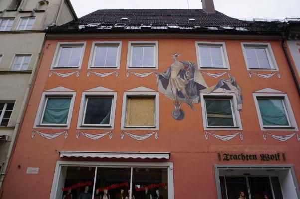Domy v bavorskom mestečku Füssen sa často prezentujú veľmi zaujímavými fasádami s maľovanými falošnými prvkami
