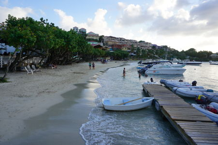 Pláž v hlavnom meste Cruz Bay