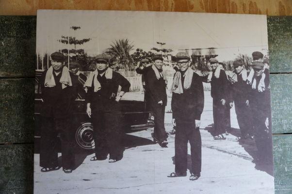 Väzenie Tuol Sleng v Phnom Penhu - Fotografia najvyššieho vedenia Červených Kmérov, úplne vľavo Pol Pot