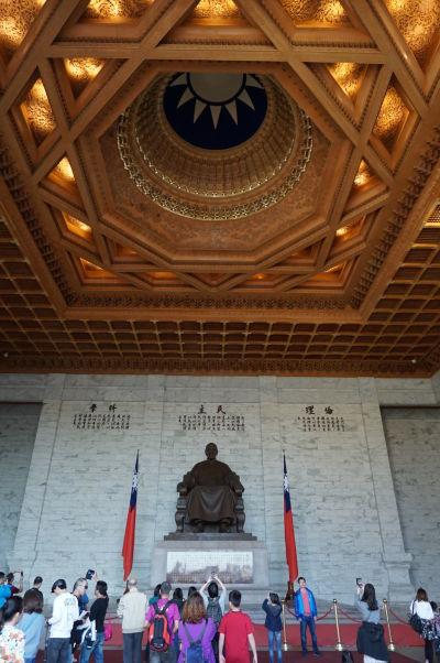 Čankajškov pamätník v Tchaj-peji - vo vnútri je socha sediaceho generála Čankajška a nad ním symbol Nacionalistickej strany Číny, ktorú viedol