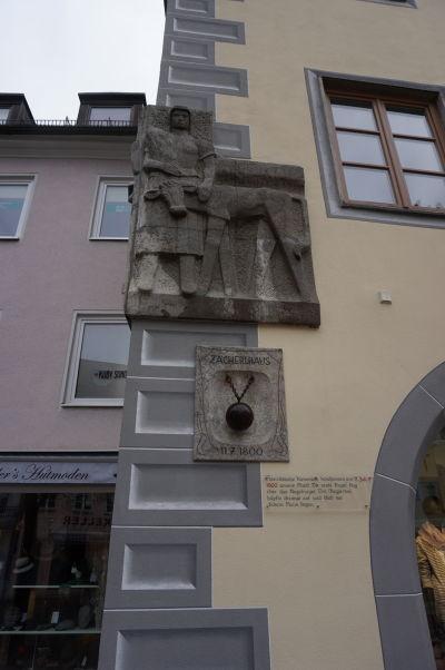 Pamätník vojny s Francúzmi z roku 1800 bavorskom mestečku Füssen - doska hovorí, že prvá delostrelecká gula preletela Augsburskou bránou a zostala ležať práve pred týmto domom