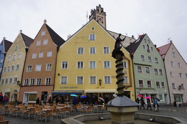 Pohľad na miesto, kde sa krížia uličky Reichenstraße a Ritterstraße v bavorskom mestečku Füssen - nad farebnými domami vidieť vežu Vysokého zámku