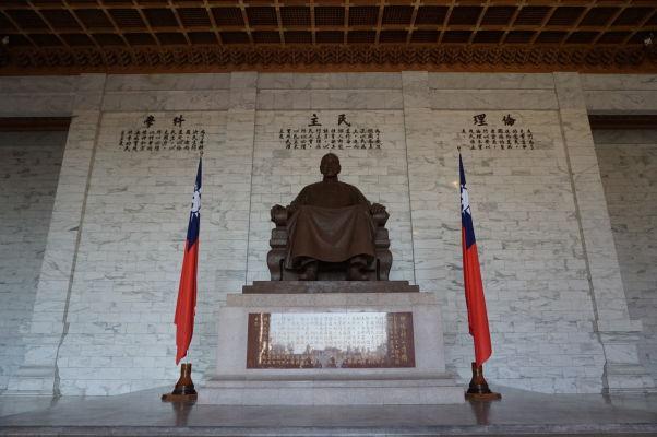 Čankajškov pamätník v Tchaj-peji - vo vnútri je socha sediaceho generála Čankajška
