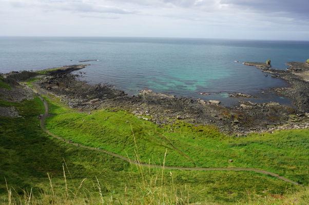 Pohľad z útesov neďaleko Obrovho chodníka v Severnom Írsku