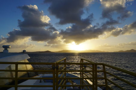 Pohľad na ostrov Saint Thomas tesne po vyplávaní z Cruz Bay na Saint John