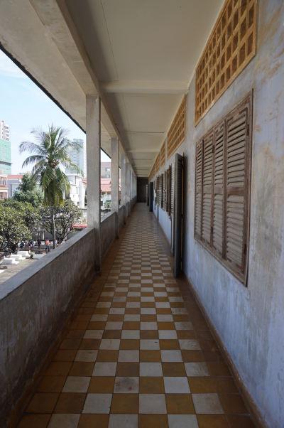 Balkón bývalej strednej školy, pretvorenej na hrôzostrašné väzenie S-21 Tuol Sleng v Phnom Penhu
