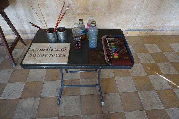 Náčinie Bou Menga, ktorým maľoval vo väzení Tuol Sleng
