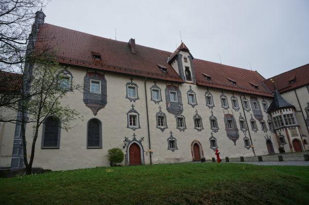 Nádvorie Vysokého zámku (Hohes Schloss) v meste Füssen - všimnime si falošné výklenky a dekorácie okien