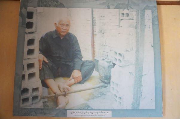 Chum Mey pózuje vo svojej cele č. 22 vo väzení Tuol Sleng