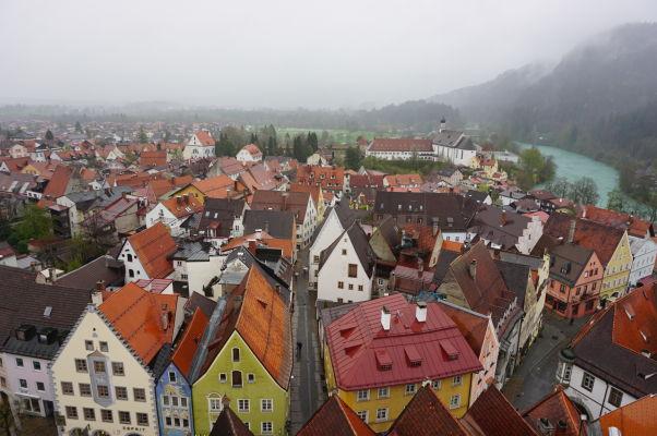 Výhľad na mesto Füssen z Vysokého zámku (Hohes Schloss) - keby niet hmly a daždivého počasia, vzadu vpravo za kopčekom sa skrýva zámok Neuschwanstein