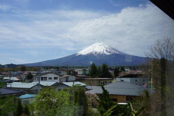 Sopka Fudži pri pohľade z lokálneho vlaku