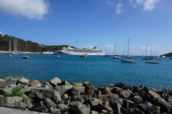Veľká výletná loď zakotvená v prístave v Charlotte Amalie, hlavnom meste Amerických Panenských ostrovov