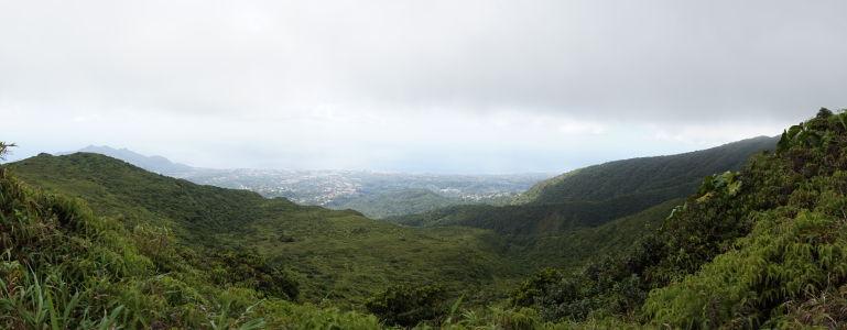 Výhľad spod oblakov zo sopky La Grande Soufriére