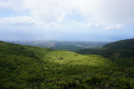 Výhľad spod oblakov zo sopky La Grande Soufriére na pobrežie Basse-Terre