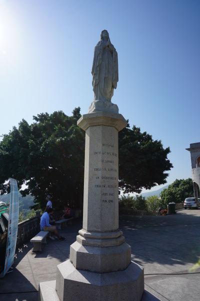 Stĺp Márie Lourdskej pred kaplnkou na hore Penha v Macau