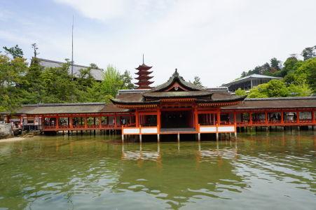Svätyňa Icukušima počas prílivu, vzadu 5-poschodová pagoda