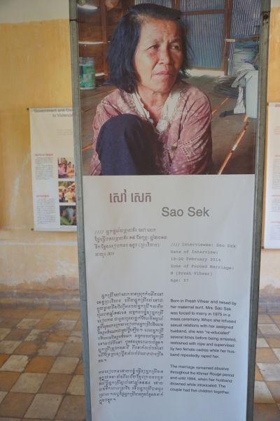 """Sao Sek bola donútená k sobášu s neznámym mužom. Po tom, čo odmietla \""""spolupracovať\"""" a mať s ním sexuálny styk, bola zatknutá, zviazaná a pod dohľadom dvoch súdružiek opakovane znásilnená svojím novopečeným manželom - Múzeum genocídy Tuol Sleng v Phnom Penhu"""
