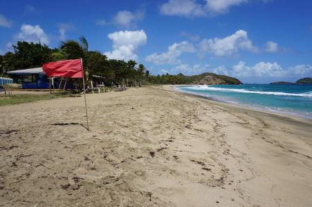 Červená vlajka na pláži Bathway - Plávanie v mori nie je dnes dobrý nápad (ale možno ju proste len zabudli dať preč)