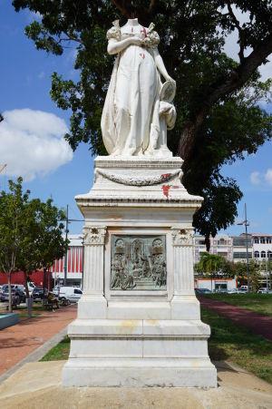 Socha francúzskej cisárovnej Jozefíny vo Fort-de-France - kvôli postoju k otroctvu bez hlavy a poliata červenou farbou symbolizujúcou krv
