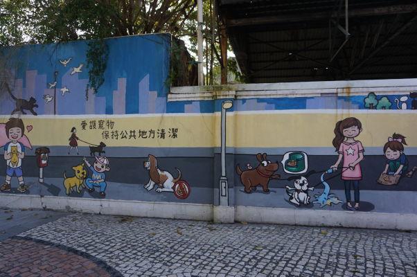 Pestro zdobené múry domov v okolí námestia Barra v Macau - inštrukcie pre psíčkarov, ktoré miestni obyvatelia naozaj dodržiavajú. Viete si predstaviť, že by u nás psíčkar nosil fľašu vody a umýval každý múr, ktorý jeho miláčik pomočí?