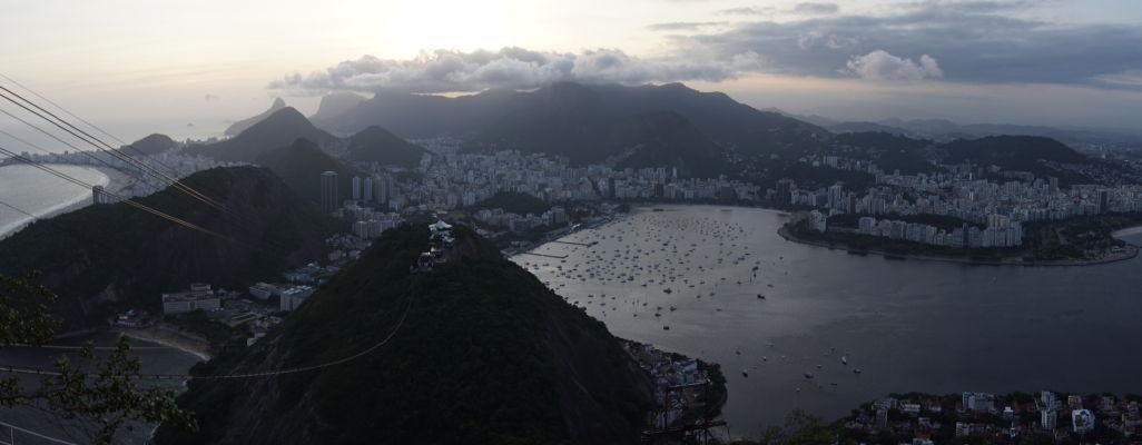 Pohľad na Rio de Janeiro pri západe Slnka z Cukrovej homole