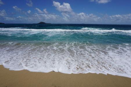 Pláž Bathway (v pozadí ostrovček Sandy Island)