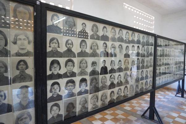 Fotografie niektorých z obetí väznených v Tuol Slengu (S-21) v Phnom Penhu