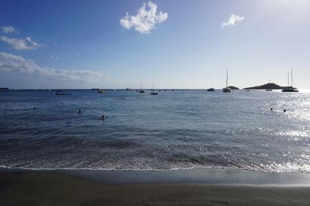 Obľúbená pláž Malendure, v pozadí ostrovček Ilet Pigeon