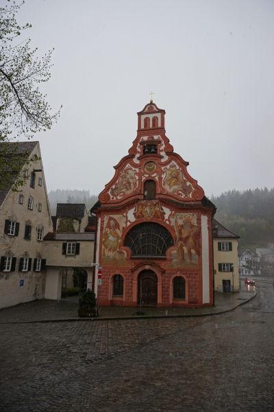 Malý Kostol sv. Ducha z 18. storočia v bavorskom mestečku Füssen - za pozornosť stojí hlavne jeho maľovaná fasáda