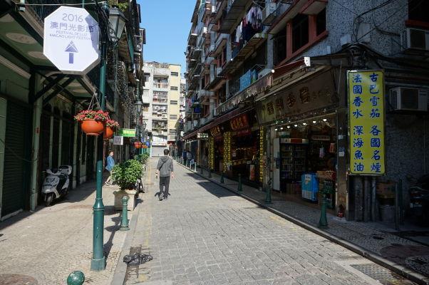 Uličky v historickom centre Macaa sú plné obchodov a stánkov