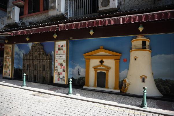 Pestro zdobené múry domov v okolí námestia Barra v Macau - vyobrazenie miestnych pamiatok, Chrámu sv. Pavla a majáka Farol da Guia