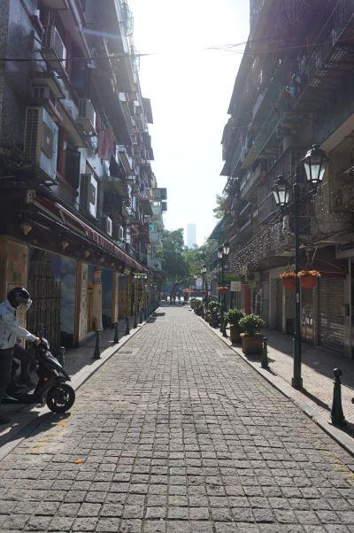 Pestro zdobené múry domov v okolí námestia Barra v Macau