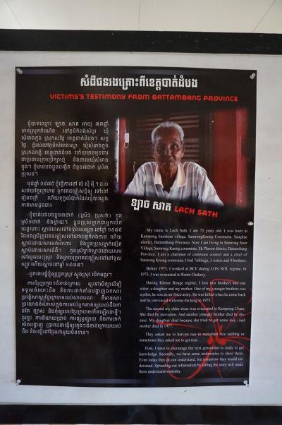 Múzeum genocídy Tuol Sleng v Phnom Penhu - Príbeh muža menom Lač Sath. Počas vlády Červených Kmérov stratil troch súrodencov, matku a dcéru, väčšinou kvôli hladu alebo ich zabili samotní Červení Kméri.
