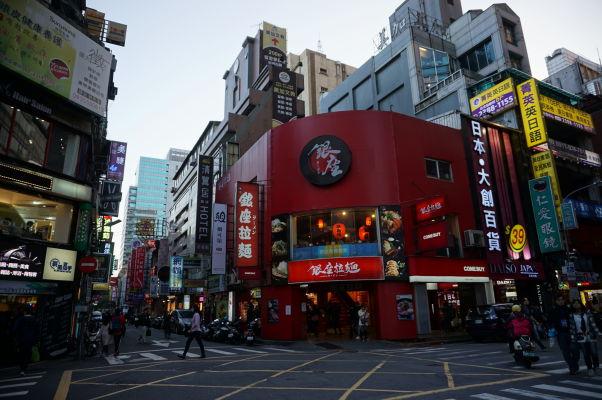 Okolie hlavnej stanice v Tchaj-peji je plné obchodov, najmä s elektronikou